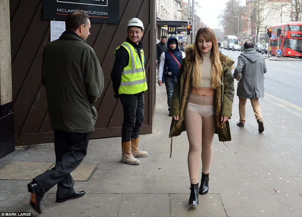 Девушка вышла на прогулку в одних чулках